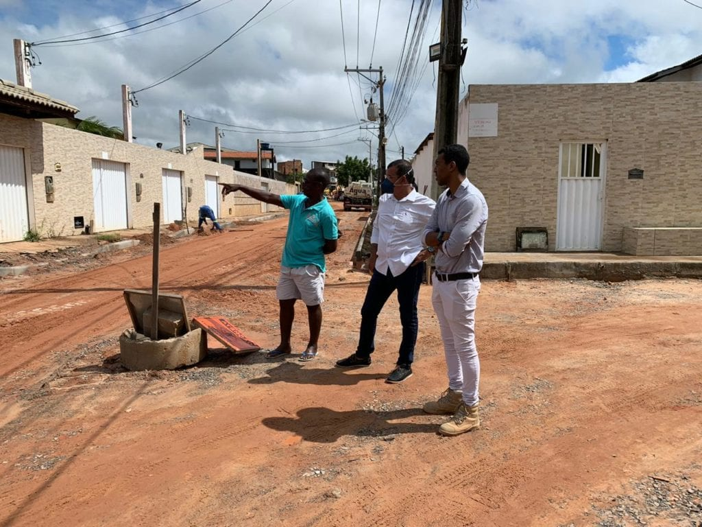 Júnior Bogres foi até o Loteamento Encantos de Jauá fiscalizar as obras de asfaltamento e drenagem