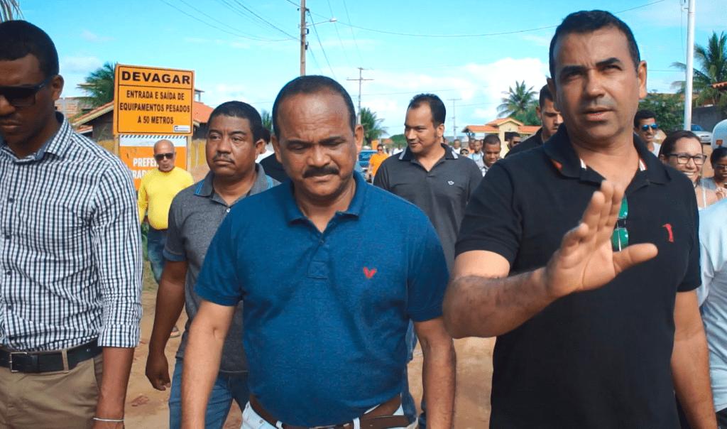 Junto com o prefeito Elinaldo e moradores, vereador acompanhou o início das obras